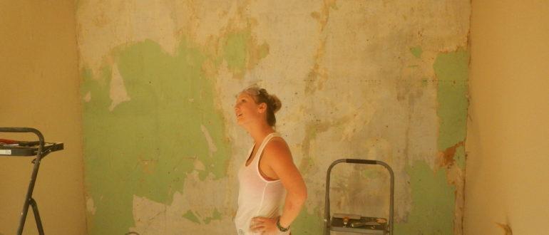 процесс снятия старой краски со стены