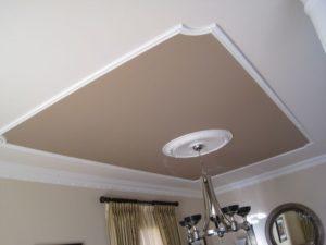 плинтус потолочный в дизайне потолка