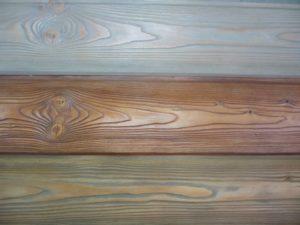 Лессирующая краска подчеркнет узоры дерева на деревянном крыльце