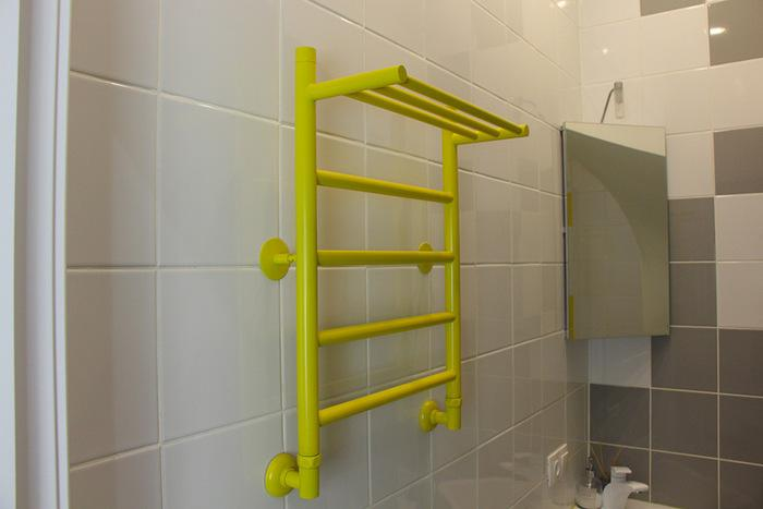 Змеевик в ванной покрашенный в желтый