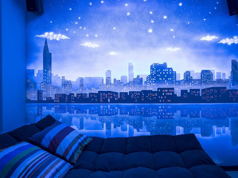 Комната в флуоресцентных красках