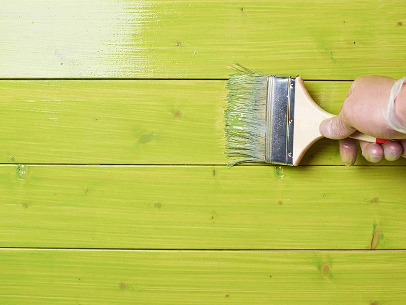 Нанесение краски на дерево
