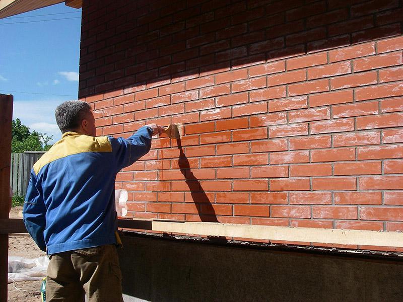 Нанесение лака на кирпичную стену