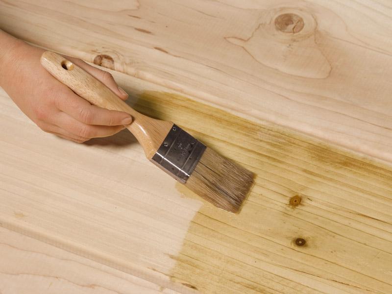 Обработка древесины лаком
