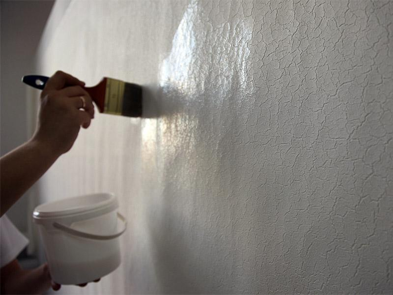 Нанесение лака на стену